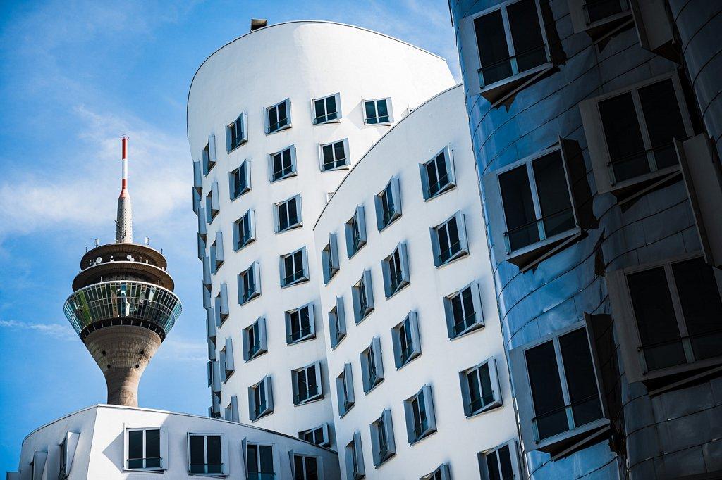 Gehry-Gebäude und Rheinturm