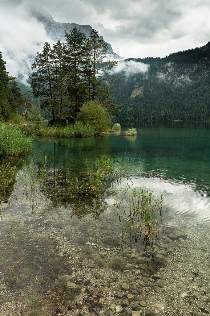 Insel im grünen Wasser