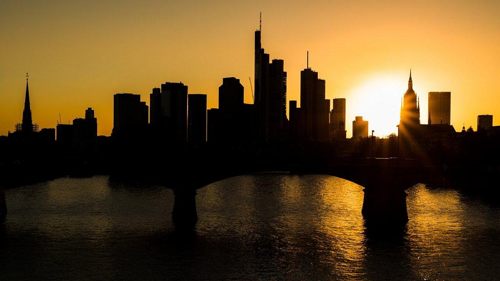 Frankfurter Skyline zum Sonnenuntergang