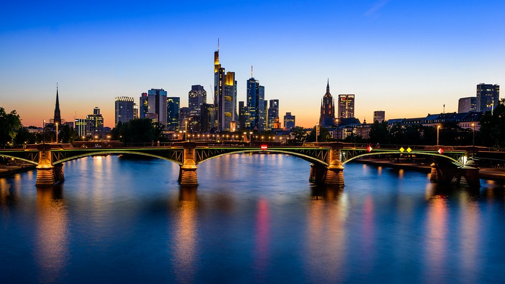 Frankfurter Skyline zur blauen Stunde #2