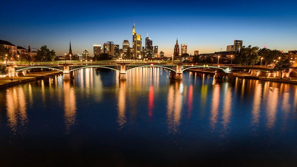 Frankfurter Skyline zur blauen Stunde #1
